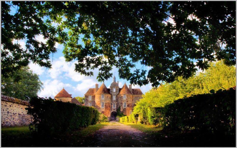 Debut le petit chemin à l'entrée du Château de Ratilly – ©Daniel Salem