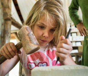 Atelier enfant à Guédelon – ©Denis Gliksman