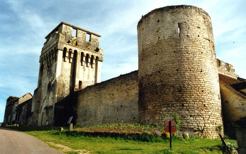 Château fort de Druyes-les-belles-fontaines – ©Les amis du château