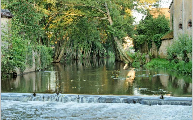 Dans le village de Mezilles, vers la mare aux fées, la rivière du Branlin – ©Daniel Salem