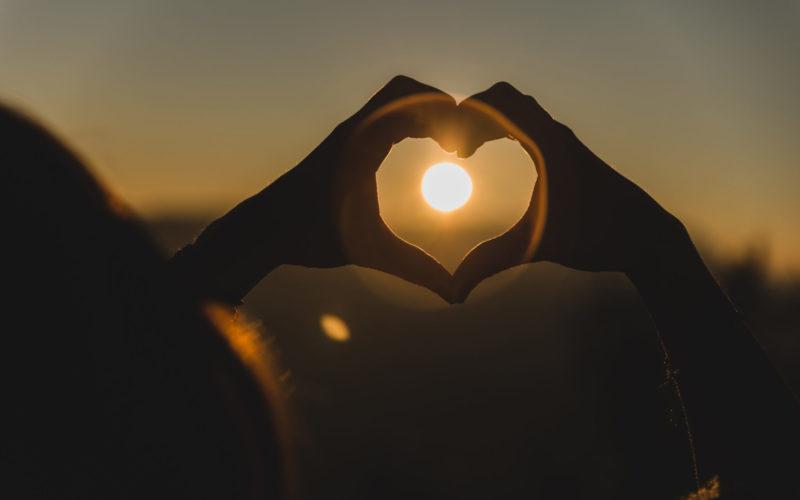 saint valentin coeur main soleil amour