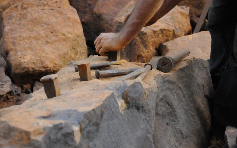 L'extraction du grès ferrugineux à l'aide des coins métalliques