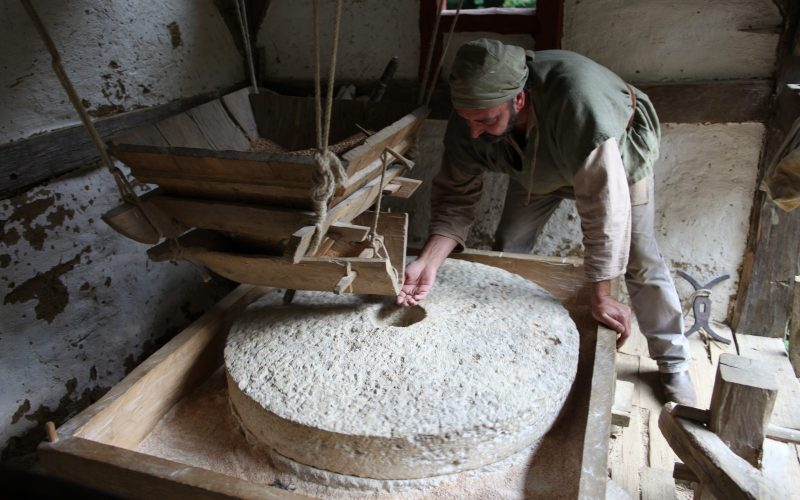 Le meunier au moulin hydraulique de Guédelon