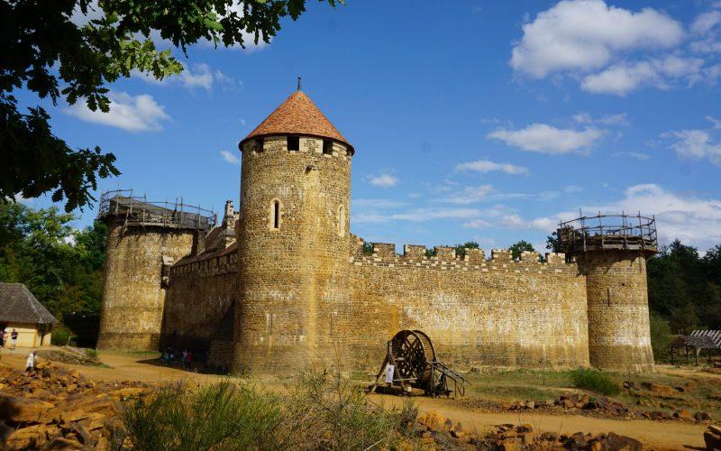 Le château de Guédelon vu de la carrière