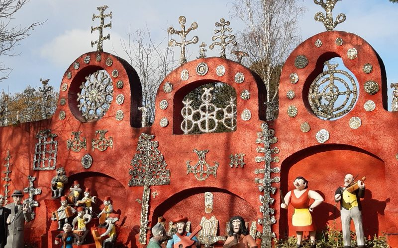 le mur présentoir du jardin habité de la fabuloserie