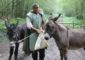 O 12 © Guédelon – Le meunier remonte du moulin avec ses ânes